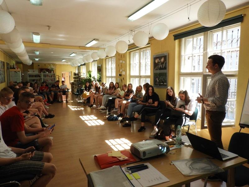 Uczestnicy warsztatów o pracy przyszłosci w Powiatowej Bibliotece Publicznej w Kępnie