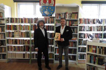 """Książka """"50 lat Szczypiorniaka wPolonii Kępno"""" zasili zbiory biblioteki"""